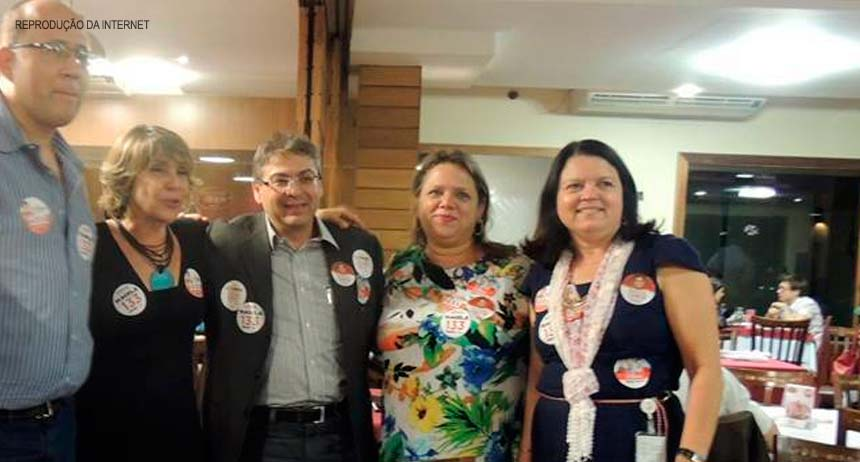 Anadete (segunda à direita) em jantar de campanha com a deputada federal Erika Kokay (segunda à esquerda). Funcionária da Casa Civil do GDF é bastante articulada com a cúpula do PT-DF. Reprodução