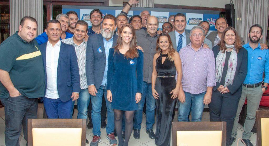 Vice-governador eleito, parlamentares, blogueiros e amigos posam para foto do 'Bafafá entre Amigos'- Foto: Getúlio Romão