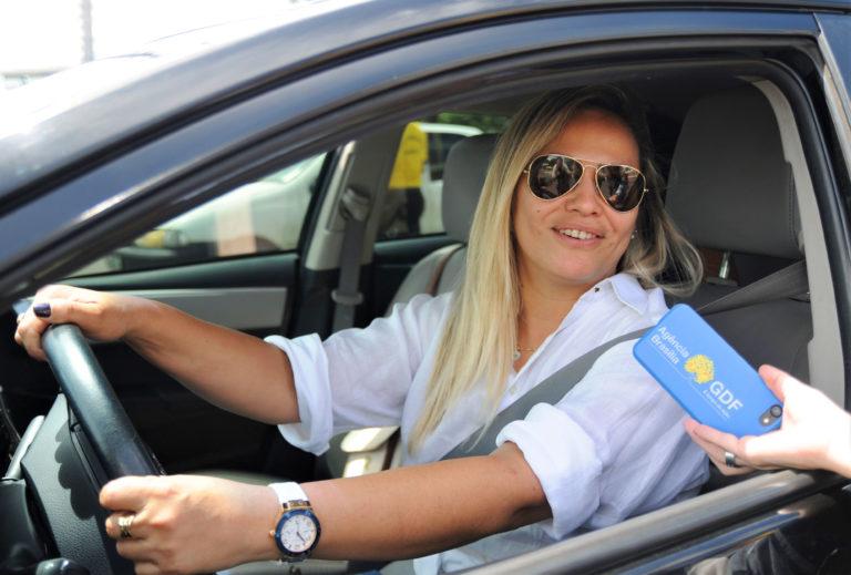 """Andréia Victória Elias, motorista de aplicativo, reforça a campanha educativa: """"Deixem o carro em casa que a gente leva vocês em segurança"""""""